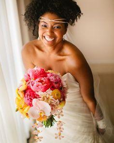 Tô aqui sem saber se me apaixonei mais por esse buquê com peônias ou por esse brilho de felicidade da noiva!