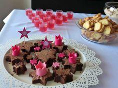 Brownies cortados em forma de estrela com coroas e estrelas de pasta portuguesa. Chocolate brownies shapped as stars with fondant pink stars and little crowns. Made by me for Baba's birthday party.