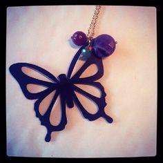 Colgante mariposa, realizado en cuero negro