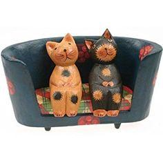 Figura decorativa de madera de dos gatitos en un sofá