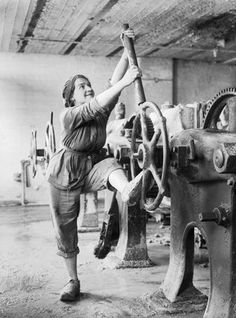 A girl operating a filter press in a Lancashire glucose factory during the First World War. Lewis G P © IWM (Q 28218)