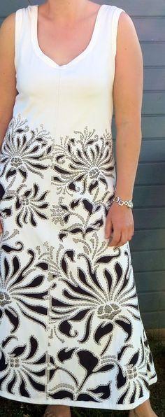 Ich wollte unbedingt ein Kleidungsstück mit dem Magdalena Stencil nähen. Ich finde es wunderschön und bei Alabama Chanin wird es oft für pa...
