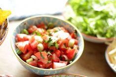 Pico de Gallo ist ein mexikanisches Salsa das sowohl als Dip mit Tortilla Chips als auch zu mexikanischen Gerichten wie Tacos, Fajitas, Quesadillas und Burritos hervorragend schmeckt. Selbst gemach…