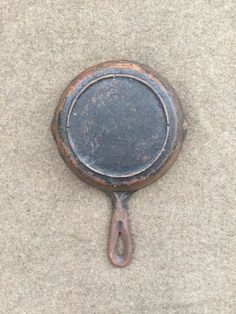 Vintage Cast Iron has been growing in popularity for years now. It seems that as far as cookware goes, people are realizing that cast iron is healthier and tastes better than modern cookware. Rusted Cast Iron Skillet, Cast Iron Pot, It Cast, Diy Cleaners, Cleaners Homemade, Diy Cleaning Products, Cleaning Hacks, Cleaning Cast Iron Pans, Restore Cast Iron