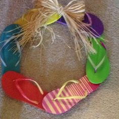 previous pinner said: cute summer wreath (not really diggin the raffia, but could substitute a cute ribbon or something instead) Holiday Wreaths, Mesh Wreaths, Holiday Crafts, Seashell Candles, Seashell Art, Diy Home Crafts, Crafts To Do, Beach Sand Crafts, Summer Fun