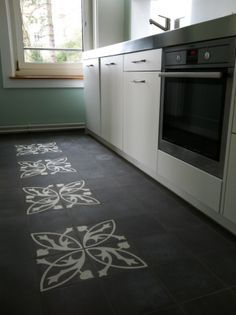 clé trellis mixed with solid black tiles Painting Tile Floors, Painted Floors, Small Kitchen Bar, Wall Design, House Design, House Tiles, Wood Countertops, Flooring Options, Kitchen Flooring