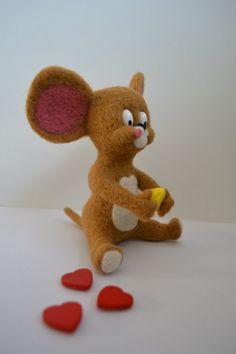 Мышонок Джерри. Материалы: шерсть, полимерная глина (глазки и сыр). Ростик мышонка - 10 см. В наличии.