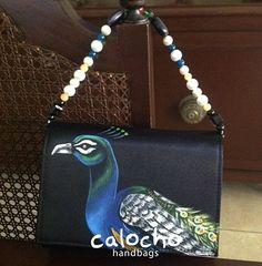 No pases desapercibida en las fiestas, se la primera en tener tu clutch pintado a mano de Calocho handbags ¡pieza única!