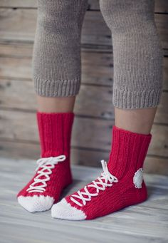 You'll be head over heels for this Crochet Converse Slippers Free Pattern and we have lots of inspiration plus a video tutorial to show you how. Loom Knitting, Knitting Socks, Crochet Slippers, Knit Crochet, Converse Slippers, Crochet Converse, Knitting Patterns, Crochet Patterns, Knitted Booties