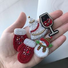 VK is the largest European social network with more than 100 million active users. Bead Embroidery Jewelry, Beaded Jewelry Patterns, Fabric Jewelry, Beaded Embroidery, Beading Patterns, Beaded Christmas Ornaments, Christmas Jewelry, Beaded Brooch, Beaded Earrings
