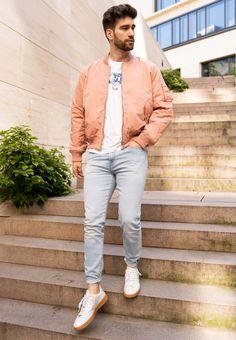 Helle Farben sind super für den Sommer. Philip trägt eine helle Jeans im Slim Fit und kombiniert sie mit einem weißen T-Shirt und einer coolen Bomberjacke. Seine weißen Sneaker perfektionieren den Look. Ein cooles Outfit, das sich einfach nachstylen lässt. Men Fashion Show, Fashion 2020, Mens Fashion, Fashion Tips, Slim Fit, Fashion Stylist, Super, Fashion Accessories, Blog