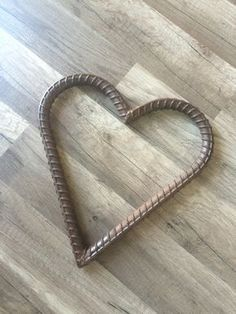 Rebar Heart by ConsignAndDesignNC on Etsy Metal Art Decor, Scrap Metal Art, Metal Artwork, Welded Metal Projects, Welding Projects, Metal Crafts, Horseshoe Projects, Horseshoe Art, Shoe Crafts