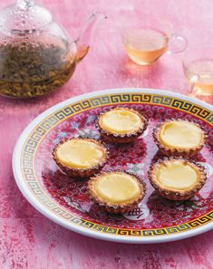 Dan tat (egg tarts) They were made famous by the last British governor, Chris Patten, who declared Tai Cheong Bakery's tarts the best in the. Chinese Cake, Chinese Egg, Desserts To Make, Sweet Desserts, Dessert Recipes, Custard Tart, Custard Filling, Honolulu Coffee, Desert Recipes