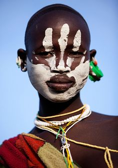 696 best tribal and traditional costume and makeup images . Cara Tribal, Tribal Face, African Tribes, African Art, African Style, We Are The World, People Around The World, Kreative Portraits, Tribal People
