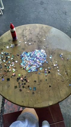 Shared by Emzul. I made a Mosaic tabletop using broken CDs! Finishing it before Christmas is my little present to myself. CD Mosaic Tabletop with directions The different color is used from the front and back of the CD. It reflects natural light beautifu Cd Mosaic, Mosaic Crafts, Mosaic Projects, Craft Projects, Mosaic Mirrors, Mosaic Ideas, Mosaic Glass, Fused Glass, Stained Glass