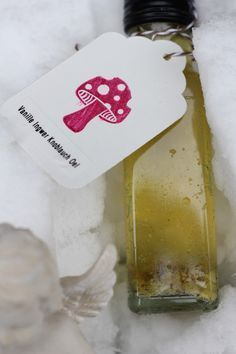 Vanille-Ingwer-Knoblauchöl nach Alfons Schuhbeck, Ein schnell gemachtes Geschenk aus der Küche. Und hier ist das Rezept http://wolkenfeeskuechenwerkstatt.blogspot.de/2012/12/adventskalender-8-turchen-vanille.html