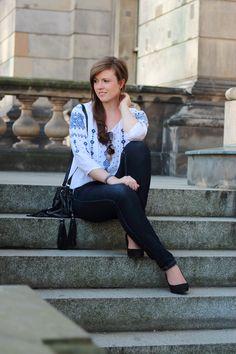 Fashionblogger | Fashionblog | Justmyself | girl | outfit | autumn | fall | herbst | blue jeans | weiße bluse | weiße bluse mit stickereien | schwarze pumps | black pumps | stairs