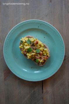 eggesalat: Dette trenger du:  3 hardkokte egg 1/2 paprika 1 vårløk (kun det grønne)  40 g majones (gjerne hjemmelaget) En skvis sitron Salt og pepper