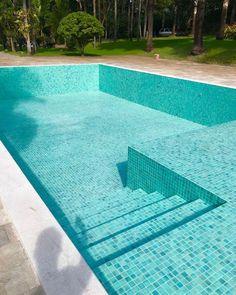 Mais fotos e detalhes dessa piscina baphooo que fez maior sucesso por aqui 🏊♀️💚✔️Pastilhas cor Loulé