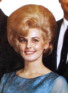 Vintage Hairstyles Retro 35 Interesting Vintage Snapshots of Women With Bouffant Hairstyle ~ vintage everyday Pelo Retro, Pelo Vintage, Retro Updo, 1960s Hair, Beehive Hair, Bouffant Hair, Mode Vintage, Vintage Ads, Retro Hairstyles