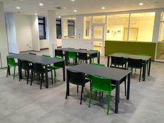 """Magis """"First"""" kunststofstoel met Kusch+Co """"Pinta"""" tafel"""