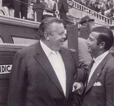 El cineasta Orson Welles conversa con el torero Antonio ordoñez durante una corrida de toros en la plaza de las Ventas.12-4-1964.