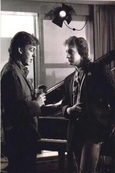 "Paul McCartney and Julian Lennon, 1984 --I'm not sure but it seems to me that Macca is having ""deja vous"" moment about John Lennon-because of how closely Julian resembles his dad. Paul And Linda Mccartney, Lennon And Mccartney, Beatles Love, Beatles Photos, Beatles Band, Great Bands, Cool Bands, El Rock And Roll, Julian Lennon"