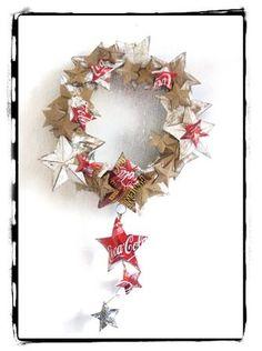 couronne de noël avec étoiles découpées dans du carton et des canette de soda