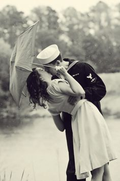 Romance l Couple Photography l Classic Vintage l Black and White Vintage Love, Vintage Beauty, Vintage Kiss, Vintage Romance, Vintage Glamour, Vintage Sailor, Kissing In The Rain, Navy Life, Military Love