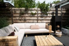 My garden makeover for Karwei While age-old in principle, a pergola may be having somewhat Outdoor Lounge, Outdoor Seating, Outdoor Rooms, Outdoor Living, Outdoor Decor, Terrace Design, Patio Design, Deck Alternatives, One Bedroom House