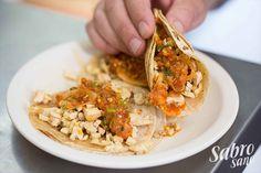 TACO DE POLLO  -CDMX- Tacos sencillos pero llenos de sabor. El pollo se coce al carbón por lo que el sabor es intenso y ahumado. El toque perfecto para terminar éste taco es acompañarlo de una salsa picante para despertar el sabor del pollo al carbón.  • Doble Tortilla de maíz • Pechuga de Pollo al Carbón • Salsa Roja Especial (Mezcla de roja, verde y mexicana)