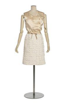 Ensemble 2 pièces, robe, ceinturé  Création :   Chanel , maison de couture  1965, collection automne (haute couture)  Gabrielle Chanel , couturier  Matières et techniques :   Soie cloquée double étoffe