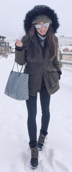 #winter #fashion / Dark Coat / Black Skinny Jeans/ Grey Printed Tote Bag / Snow Boots