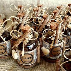 Kahve Çekirdeği Nikah Şekeri, şık ve özel süslenmiş nikah şişelerinin içine doğal kahve çekirdekleri konarak hazırlanmaktadır.