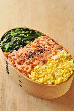 日本人のごはん/お弁当 Japanese meals/Bento 三色弁当 Three-Color Topping Rice Bento Lunch (Green Spinach, Pink Salmon, Yellow Egg)