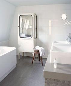 Oude brocante ijzeren apothekerskast: leuk in de badkamer, maar ook in de keuken of woonkamer! Old BASICS heeft regelmatig vergelijkbare apothekerskasten (ook met dubbele deuren!) www. Door Syl