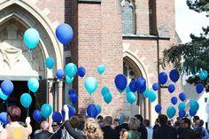 Luftballons vor der Kirche