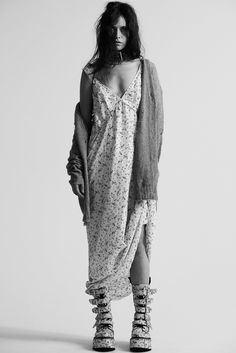 Shop the latest collection of women's designer dresses, featuring oversized sweatshirt and floral cowboy styles. Look Fashion, 90s Fashion, High Fashion, Fashion Outfits, Womens Fashion, Fashion Design, Fashion Models, Estilo Rock, Facon
