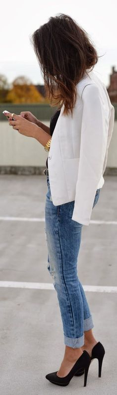 Black pumps,white blazer and blue jeans