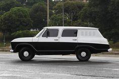 Chevrolet Veraneio 1976 que foi usada pela Polícia Civil de São Paulo. Na foto seu proprietário o advogado Jorge Lordello. FOTO: HÉLVIO ROMERO/ESTADÃO