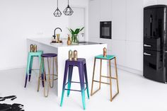 Gradient Bar Stools – Taking a seat in style Metal Stool, Wooden Stools, Second Hand Shop, Take A Seat, Cool Diy Projects, Yard Sale, Wood And Metal, Simple Designs, Bar Stools