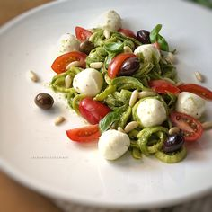 Spaghetti di zucchine al pesto, pomodori e mozzarella marinata | La luna sul cucchiaio Raw Food Recipes, Meat Recipes, Vegetarian Recipes, Healthy Recipes, Panda Food, Best Italian Recipes, Aesthetic Food, Light Recipes, Diy Food