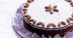 Denne bløde og brunkageagtigt krydrede kage er fyldt med portvinsmarinerede rosiner.