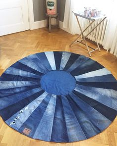 A fresh dose of inspiration with 30 amazing DIY ideas from old jeans Recycling old materials and using them in a new role in your decoration is a good idea. Jean Crafts, Denim Crafts, Denim Quilt Patterns, Denim Quilts, Bag Patterns, Old Jeans Recycle, Denim Wedding, Denim Ideas, Recycled Denim