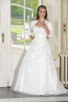 Looking for a plus size wedding dress? Ladybird Plussize collection offers sexy and elegant plus size wedding dresses in various designs and colours Modest Wedding Dresses, Bridal Dresses, Wedding Gowns, Bridesmaid Dresses, Formal Dresses, Curvy Bride, Plus Size Wedding, Plus Size Dresses, Dress Collection