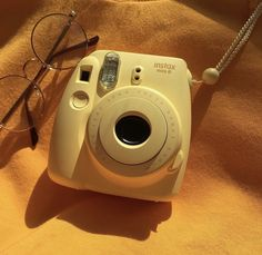 I need a yellow Polaroid.💛🌻 > Comment a yellow emoji🍯 - Gelb Yellow Aesthetic Pastel, Rainbow Aesthetic, Aesthetic Colors, Aesthetic Collage, Aesthetic Vintage, Aesthetic Photo, Aesthetic Pictures, Aesthetic Drawings, Photography Aesthetic