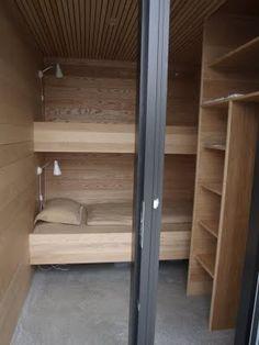 On aime l'utilisation du bois comme même matériaux pour les finitions en bois des murs et pour le mobilier.