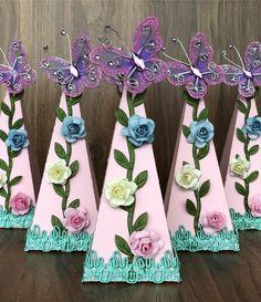 💐💐💐Fofuras para o Jardim da Júlia!!!💐💐💐 . . Caixa Pirâmide, item que faz parte dos nossos kits de 36, 60 e 90 peças. . . 📲Orçamentos… Farm Birthday, Birthday Parties, Butterfly Birthday Party, Bridal Shower Cupcakes, Tinkerbell Party, Custom Candy, Diy And Crafts, Paper Crafts, Silhouette Cameo Projects