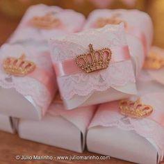 #Repost @encantarte_decoracoes with @repostapp. ・・・ Os Bem casados da @chefanaclaudiafarias ganharam renda e lindas coroas! @atelierartemao  #princesa #festaprincesa #princessparty #princess #encantartedecoracoes Foto @juliomarinho
