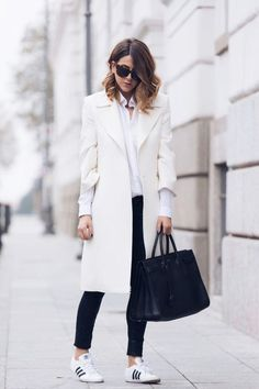White coat outfit with Adidas sneakers. White Coat Outfit, Black And White Outfit, White Outfits, Black White, White Style, Snow White, Fashion Blogger Style, Work Fashion, Street Fashion